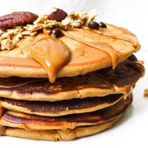 recette healthy et facile de pancakes à la farine d'avoine aromatisée et à la compote de pomme sans sucre et sans matière grasse