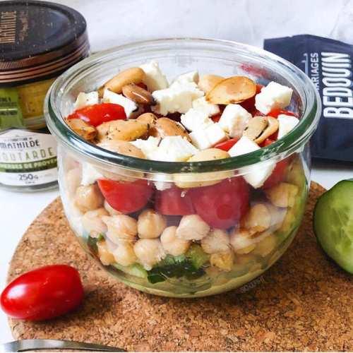 Salade d'été végétarienne aux pois chiches (salade en bocal)