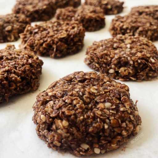recette vegan et diététique de biscuits aux flocons d'avoine, chocolat sans cuisson