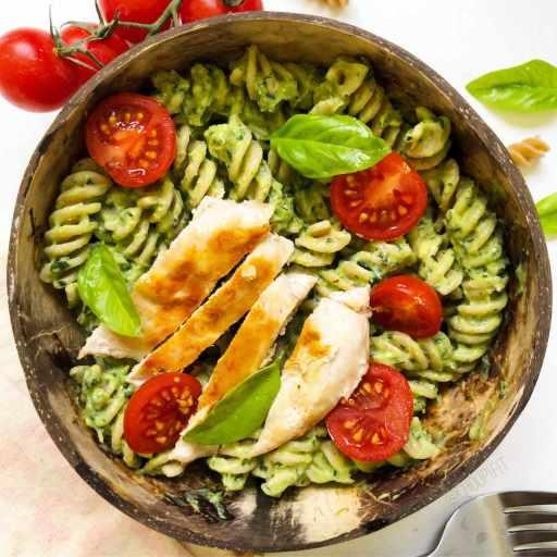 recette healthy et allégée de sauce pesto avec de l'avocat sans huile, sans parmesan et sans pignon de pain