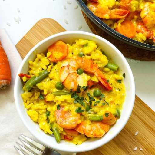 Une recette healthy, facile et légère de risotto au curry avec du lait de coco et du crevettes sans gluten et sans lactose