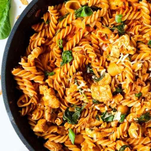 recette healthy et rapide de pâtes au poulet avec sauce lait de coco et tomate sans lactose et sans crème