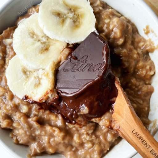 recette healthy et protéinée de porridge au chocolat et à la banane sans sucre ajouté et sans matière grasse