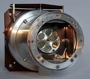 Alpha Particle X-Ray Spectrometer (APXS) yang digunakan pada Mars Exploration Rovers. Ini menggunakan sejumlah kecil curium-244 untuk menentukan konsentrasi unsur-unsur utama dalam batuan dan tanah