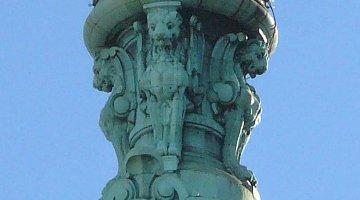 Verdigris (tembaga berkarat) pada hiasan atap.
