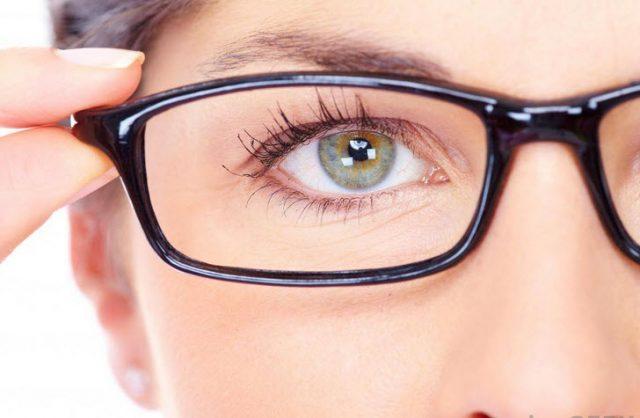 Lensa polycarbonate lebih tipis dan bobotnya lebih ringan dari lensa standar.