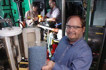 Periset di Divisi Teknik Kimia Argonne telah mengembangkan sebuah katalis yang dapat membantu produsen truk diesel menghilangkan emisi nitrogen-oksida (NOx) yang berbahaya dari knalpot diesel. Beaker biru merupakan bahan katalis yaitu 'Cu-ZSM-5', zeolit dengan ion tembaga yang terpasang di dalam struktur mikropori dan lapisan luar cerium oxida.