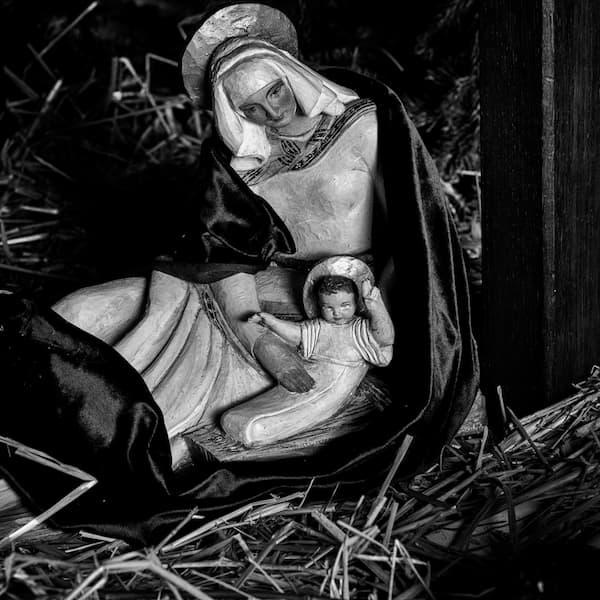 Marie et Jésus dans la crèche