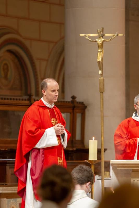 Père Pascal Nègre lors de la messe des confirmés de Saint-Ambroise