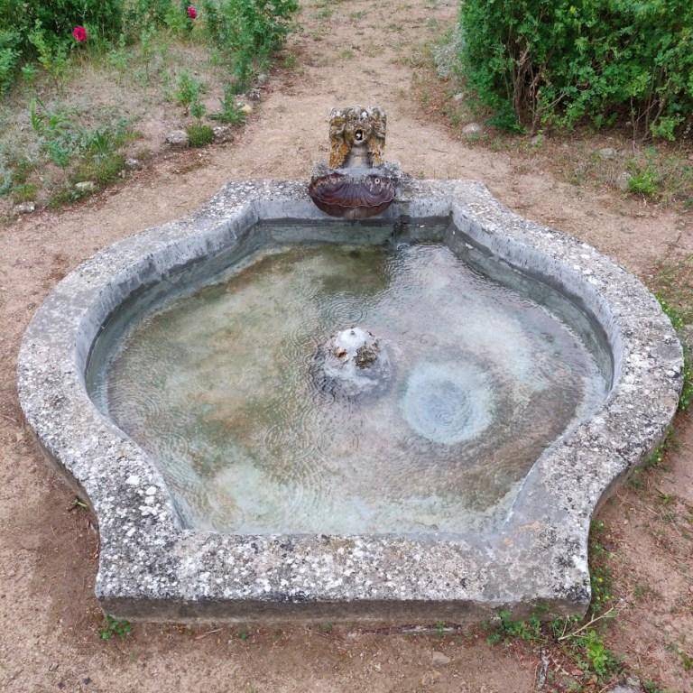 Le bassin central de la terrasse du Domaine Saint-Antonin après restauration - Juin 2016.