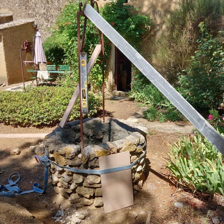Domaine Saint-Antonin. Serrage et fixation de la potence du puits.