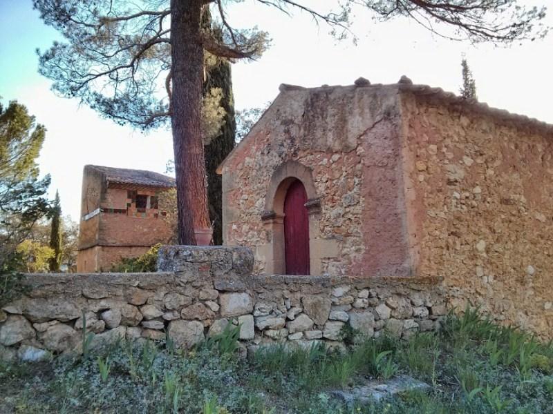 Le muret sud de la terrasse avant la réouverture de l'accès à la chapelle par le chemin de procession