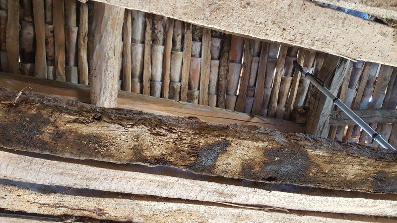 Vue de la couverture en tuile depuis l'intérieur de cette ancienne bergerie