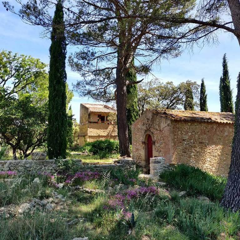Vue du pigeonnier et de la chapelle du Domaine Saint-Antonin ©Mathieu Charreyre