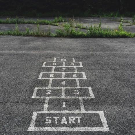 Partir en camp : photo du jeu de la Marelle dessinée sur le sol
