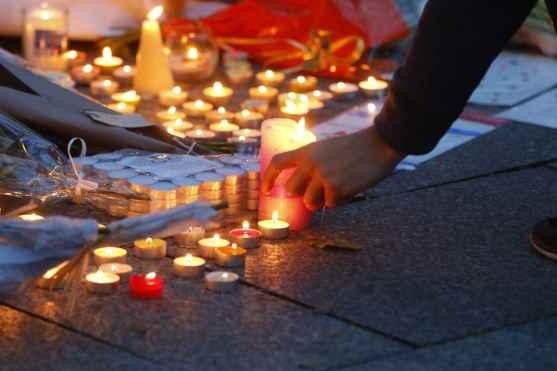 2048x1536-fit_des-bougies-et-des-fleurs-sont-deposees-pres-du-bataclan-le-14-novembre-2015-au-lendemain-des