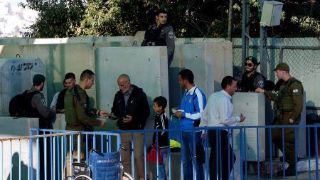 Palestiniens-au-checkpoint-entre-bethleem-et-jerusalem-pour-aller-a-la-mosquee-al-aqsa-2017