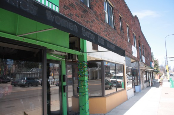 The businesses in the complex on the southwest corner of Snelling and St. Clair. The Snelling Apartments occupy the second floor.