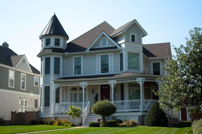 Although significantly remodeled, 1265 Como remains much much of its original Victorian style.