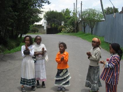 No dia seguinte as criancas continuavam cantando nas ruas