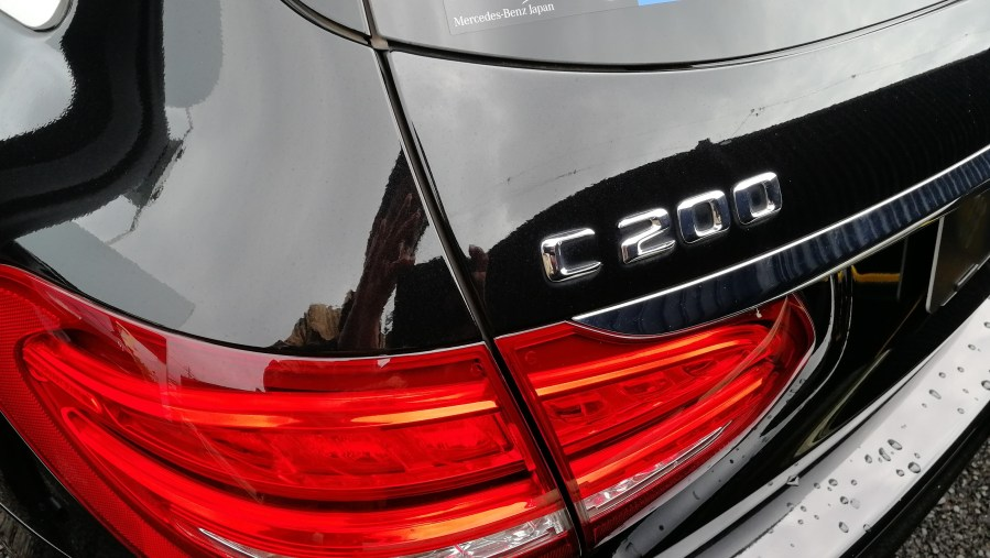 メルセデスベンツ C200ワゴン 黒革シート切れ補修
