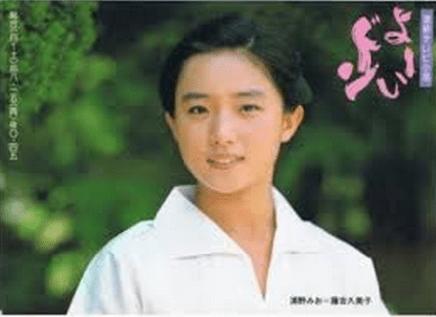 『よーいドン』に出演した際の白いシャツを着てほほ笑んでいる藤吉久美子の画像