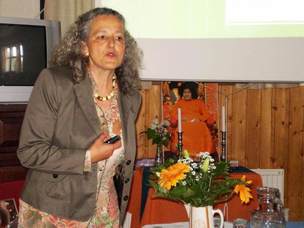 Ms. Petra von Kalinowski addresses the gathering