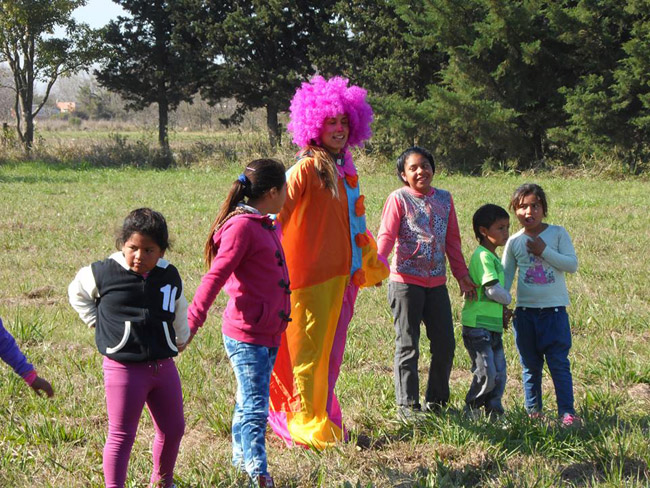 Argentina - Clowns playing with children - Noccan Kani