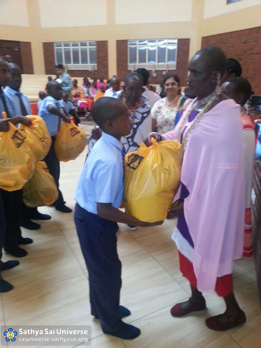 Kenya - Students distributing supplies, Kisaju