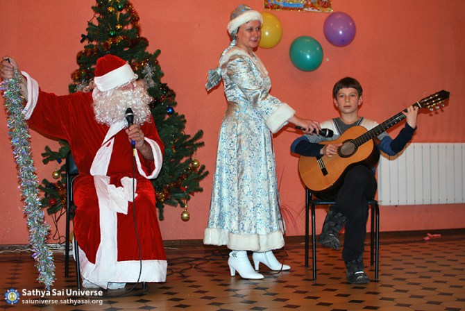 2014.12.21-8Z-Russia-Northwest region-New year Holiday-S. Petersburg-a present for Santa Claus-music