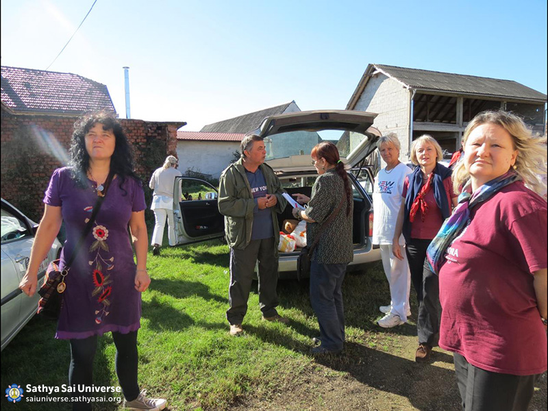 Croatian volunteers bringing humanitarian aid to the villagers in Letovanic village 18.10.14