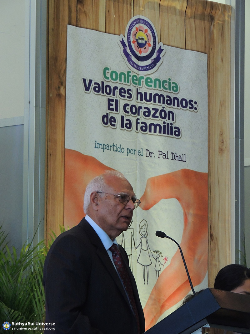 Dr. Pal Dhall speaking at EHV Conference, Mexico
