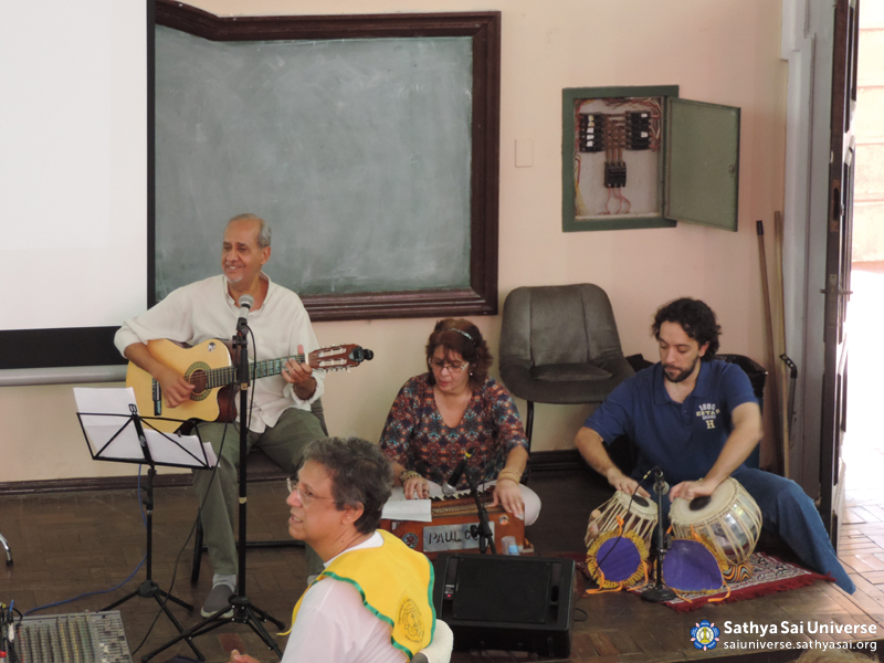 Z2B-Brazil-2015-08-01- Group of bhajans singing  devotional songs copy