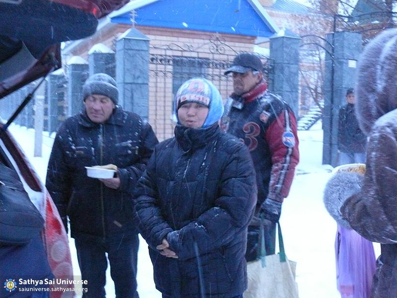 2015.11.23-Z8-Russia-region 1-Anniversary of Swami-feeding needy (2)