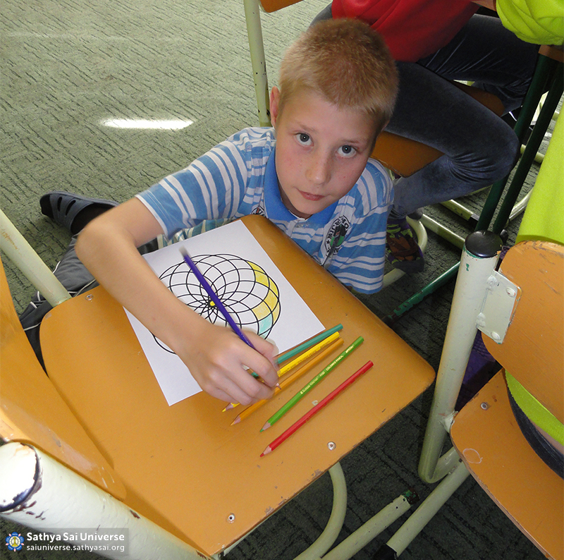2015_09_19_ 8M3_ Ukraine_ Kharkov_  Serve the Planet_ Classes for children of the community_ Drawing at any place that feels good