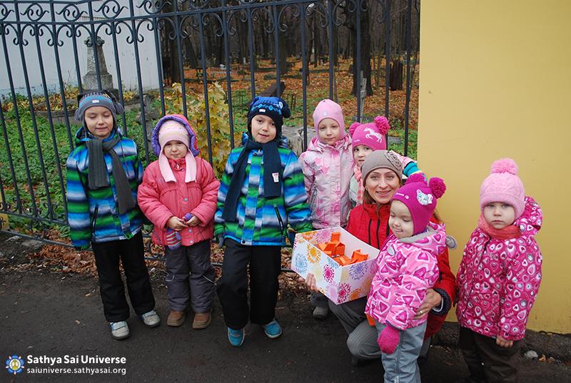 2016.02.06-07 -8Z-Russia - 6 Region-Regional Conference-The children participate in Narayana seva