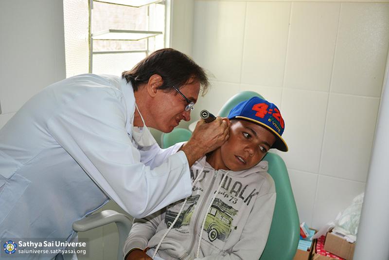 Z2B-Brazil-2015-06-Northeast Committee - Doctor Doing hearing Test (1)