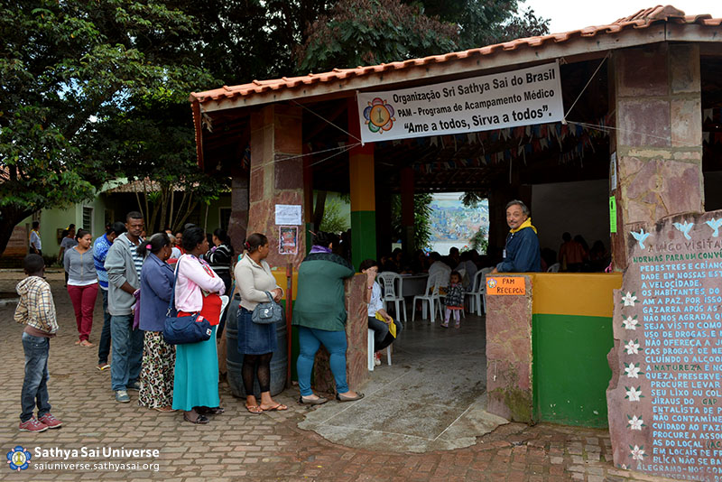 Z2B-Brazil-2015-06-Northeast Committee - Volunteers Organizing the Queue of the Assisted (2)