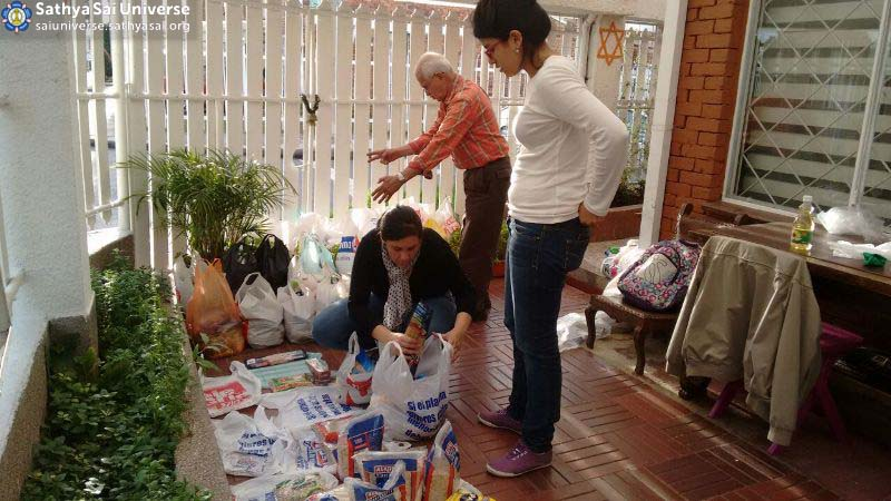 Arodhana Mahotsavam - Region 22, Zone 2B - Bogotá, Colombia - April-24-2016_ Sai devotees at Santa Helena's Sai Centre organizing food and cleansing products for the familias Bogota copy