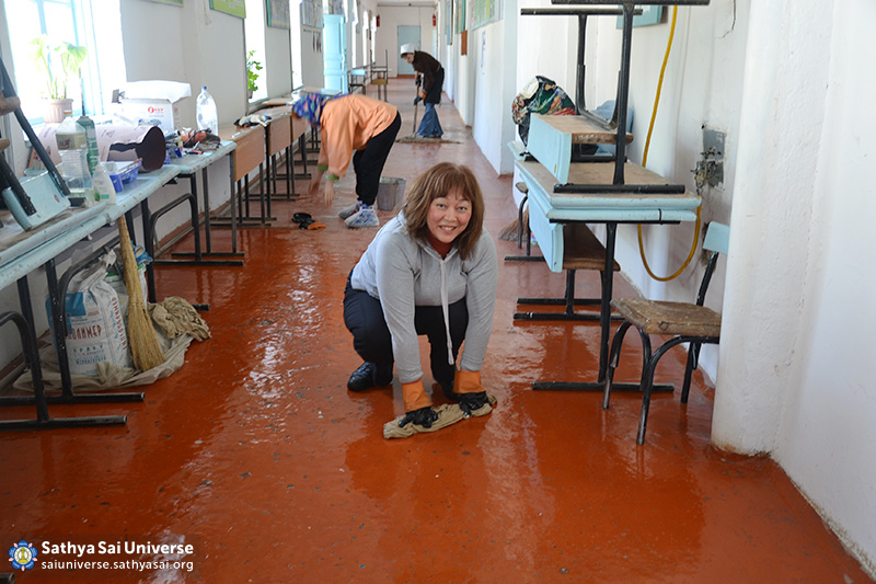 2016-04-08-10-z8-kazahstan-24th-national-volunteer-camp-laundering-of-the-floor-after-whitewash