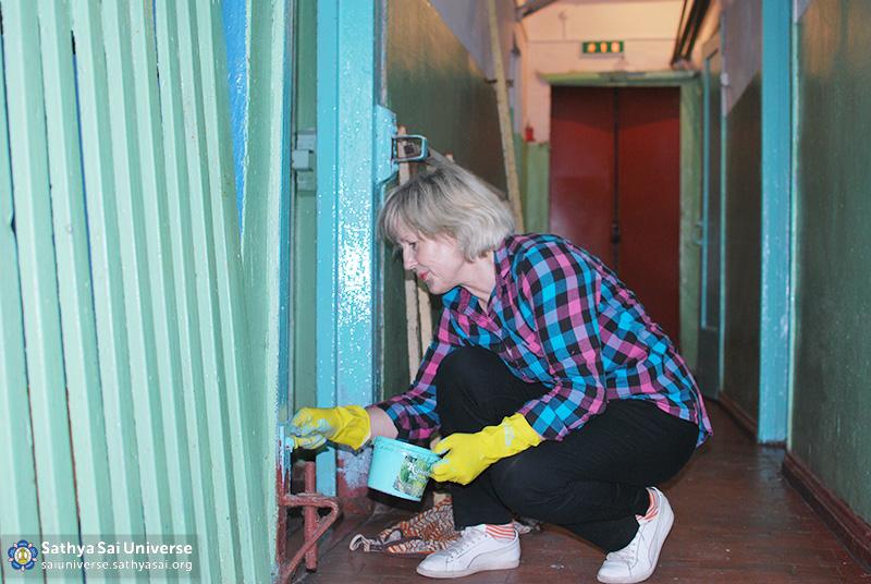 2016-05-26-31-z8-russia-interregional-medical-volunteer-camp-painting-doorways-in-the-school