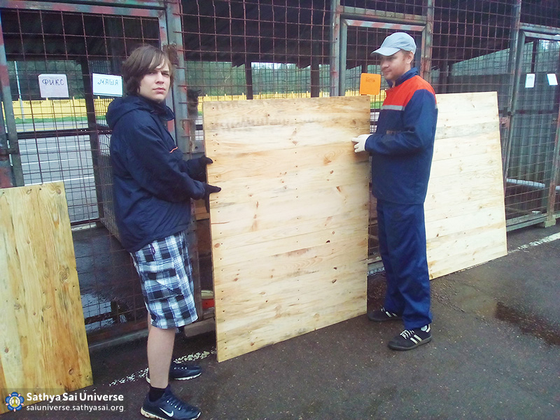2016-07-31-8z-belarus-serve-the-planet-vitebsk-animal-shelter-installation-of-trays-in-the-cages-for-dogs