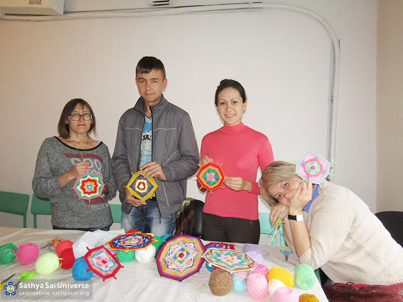 2016-09-9-11-z8-russia-ural-region-the-volunteer-camp-master-class-in-weaving-mandalas-for-youth-center-visitors