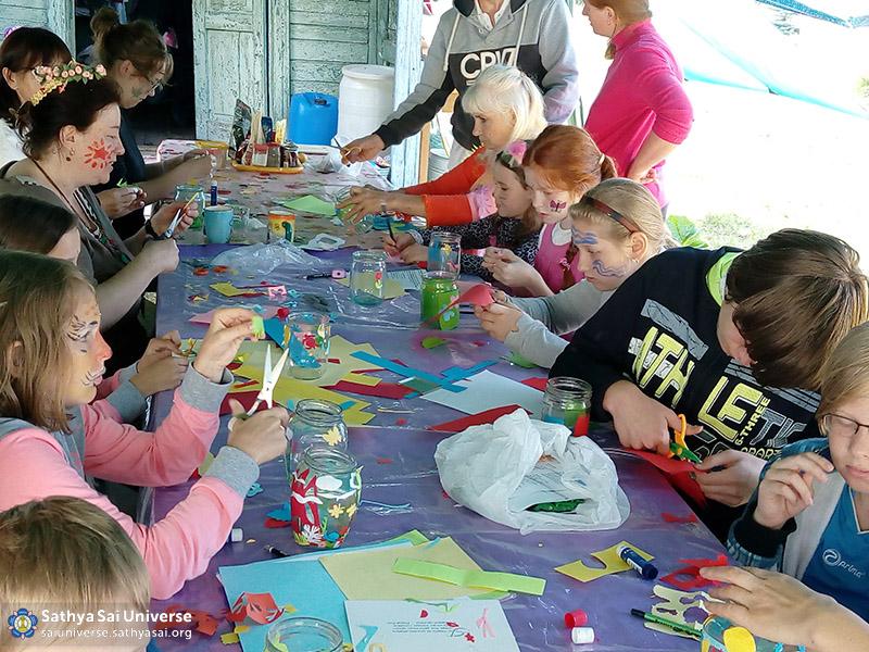 photo2-2016-07-5-10-z8-belarus-family-camp-creative-work-magic-lanterns