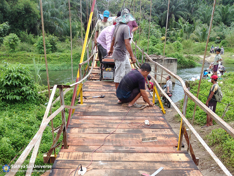 012-medan-oct-2016-sai-volunteers-involve-into-the-bridge-installment-at-salapian-village-copy