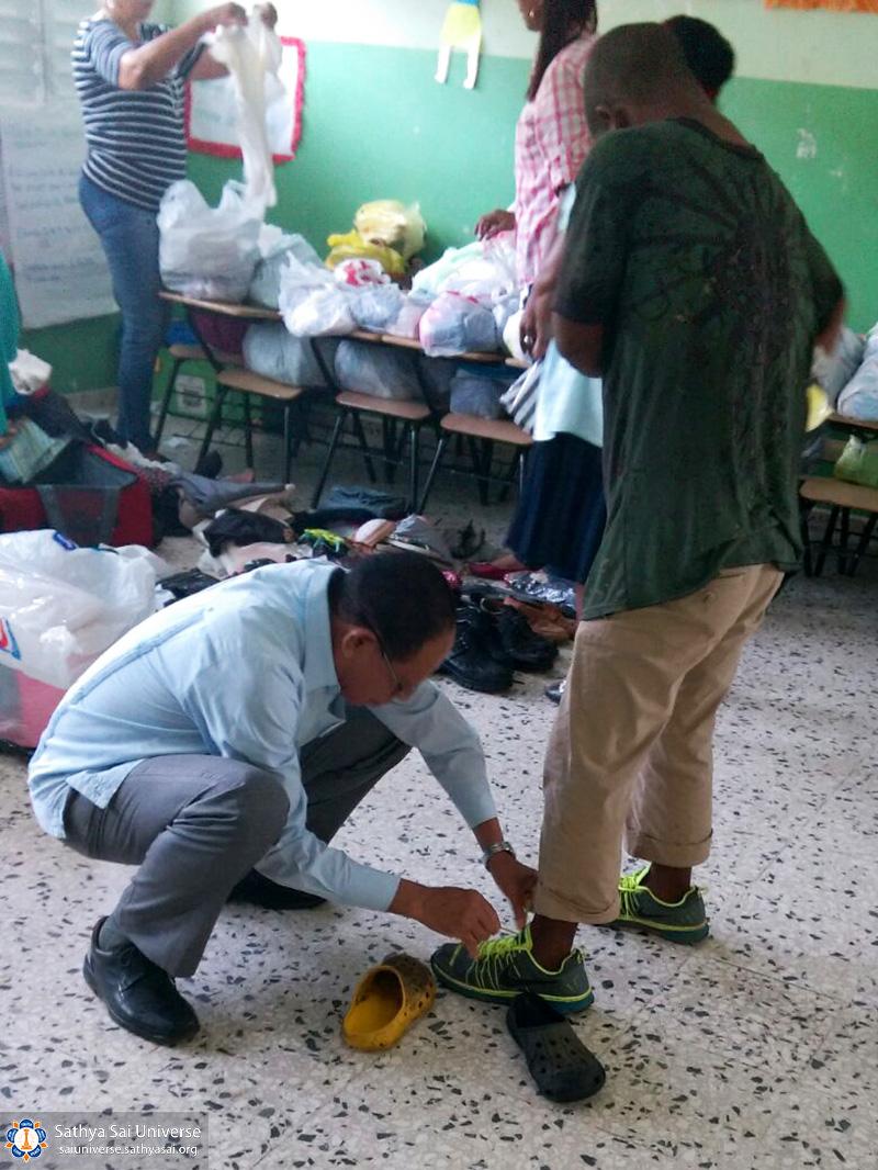 2a-zone-2016-november-19-dominican-republic-measuring-shoes-copy