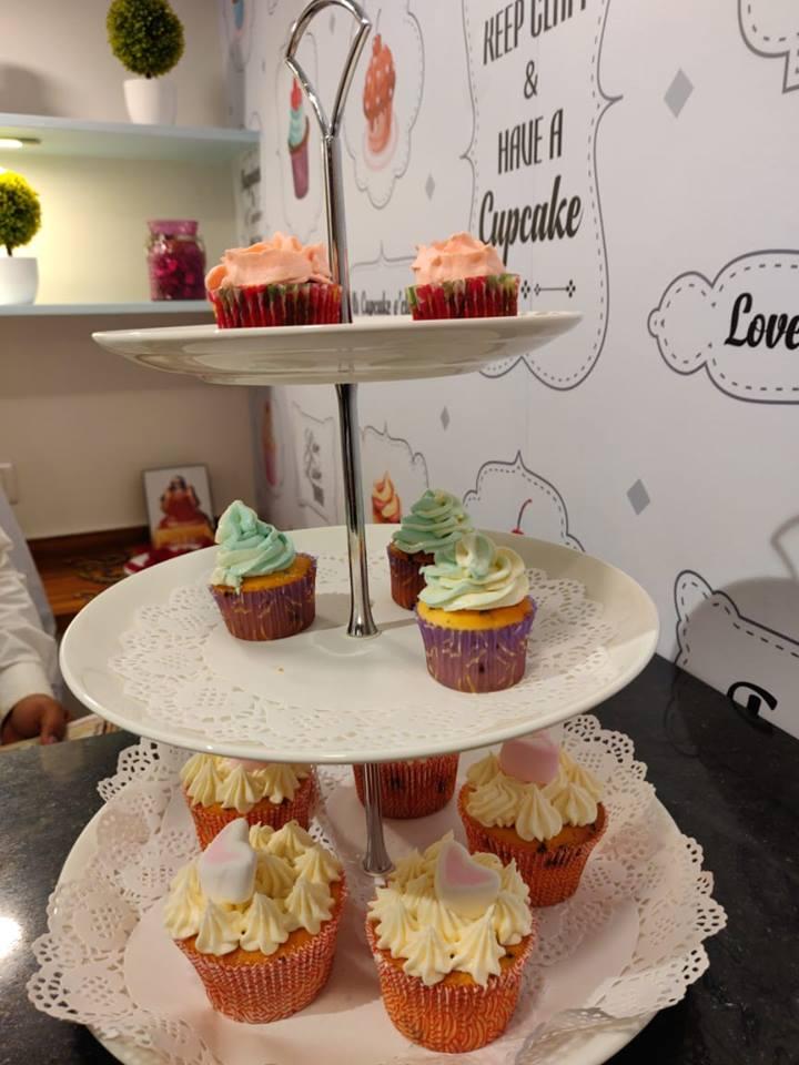Asha Bhosle  visit Cupcake shop