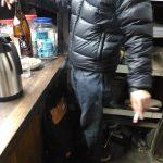 和田岬「木下酒店」で慣れた手つきで床灰皿をする男性客
