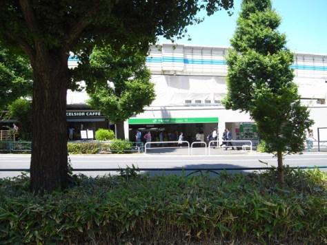 現在、高架工事中の千駄ヶ谷駅。