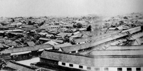 古写真:愛宕山からみた武家屋敷の長屋塀。